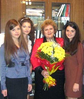 Наталья Иловайская с выпускницами.  Слева - Надя Титаренко.