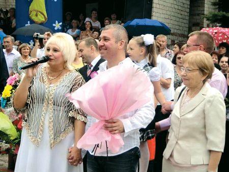 Директор 3-й краматорской школы Жанна СериковаА, выпускник 85-го года Михаил Этелис и его мама Сима Этелис (справа) на праздновании последнего звонка 25 мая этого года.