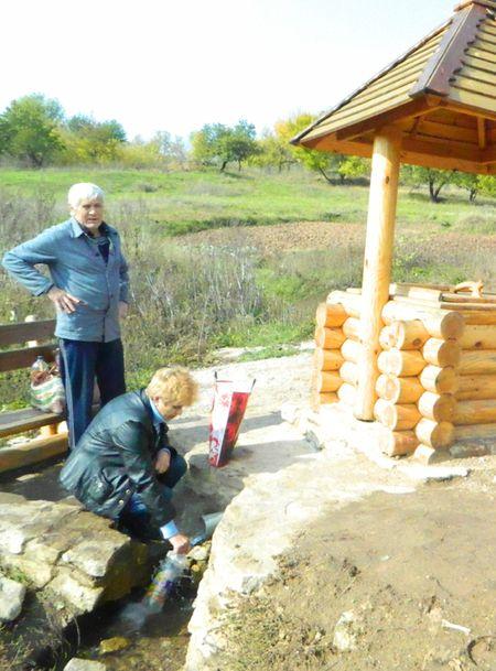 Елена Борисова и Анатолий Губарев часто приходят за чистой родниковой водой к