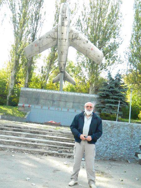 Юрий Жуков на фоне своего крылатого подарка.