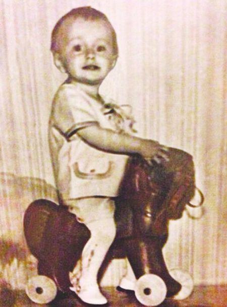 Накануне сорокалетия артист перебирал семейные фотографии и нашёл снимок из детства. Любопытным фактом он поделился  с поклонниками.