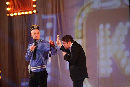 Артистичный гаишник, он же Евгений Кошевой, оказался подготовлен к видеосъёмке водителем Юрием Краповым.