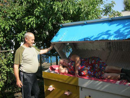 Семья Гоцалюк - Павел и Ольга - ждут не дождутся следующей весны, когда пчелиный моцион  снова войдёт в расписание каждого дня.