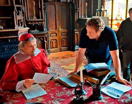 Василий Лановой (кардинал Ришелье)  с Сергеем Жигуновым во время съёмочного процесса.