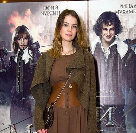 Роль Констанции досталась  Анне Старшенбаум, у которой украли… голос.