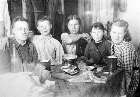 Семья Быковых. Барнаул, зима 1941 года. Слева направо: только что призванный в армию глава семьи  Фёдор Иванович, Леонид, его мама Зинаида Панкратовна, соседка и сестра Луиза.