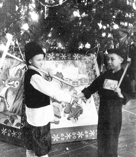 В 60-х годах  в Артёмовске  на центральной площади  не устанавливали праздничную ёлку,  но во многих дворах ставили свои ёлочки. А главные утренники проходили в спортивном зале треста