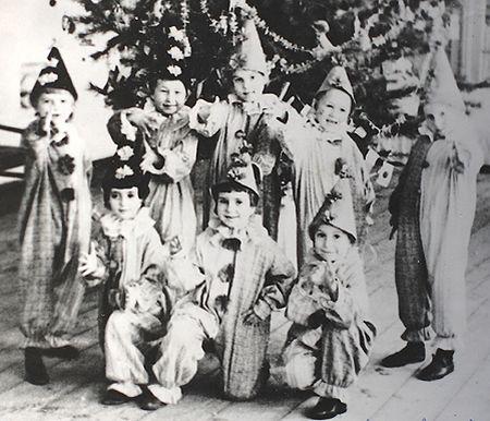 1947 год. У ёлки - ребята одного из детских садов Мариуполя.  Даже в голодном 1947 году в детских садах проводились новогодние утренники,  причём на костюмах малышей предприятия-шефы не экономили.  Ребята предстали перед родителями в только что сшитых нарядах Петрушек.
