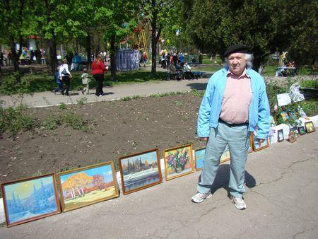 Летом художники Харцызска в парке им. Чехова  свои работы. После реставрации это место станет еще  более похожим на «маленький Арбат».
