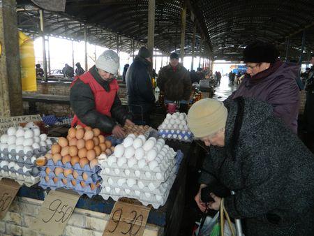 Реализатор яиц на артёмовском рынке Елена  уже две недели не видела продукции птицефабрики «Интербизнес».