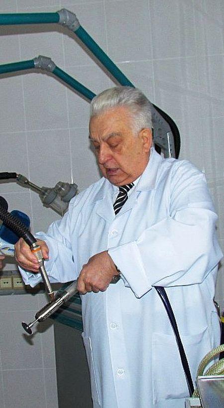 Николай Шматков демонстрирует современное оборудование, которые используют хирурги лимфоцентра.