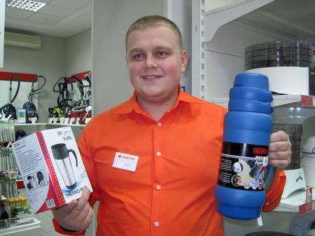 Дмитрий Протасов с термочашкой Orion  за 49 грн., которая подходит для прогулки по скверу,  и семейной версией Thermos за 129 грн.