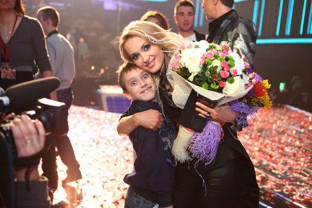 Первым победительницу третьего сезона «Х-фактора» поздравил  её любимый человек, прислав sms. А потом уже были - море цветов, объятия коллег, наставников и, конечно, сына Максима.