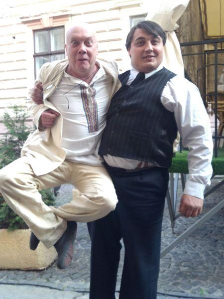 За время съёмок Дмитрий Халаджи подружился со всеми партнёрами по площадке.  Многие из них любя «доставали» силача просьбами продемонстрировать свои способности. Например,  артист комик-труппы «Маски» Владимир Комаров.