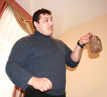 После встречи с земляками старобешевский богатырь получил подарок: старинную торговую гирю, которая пополнит его коллекцию.