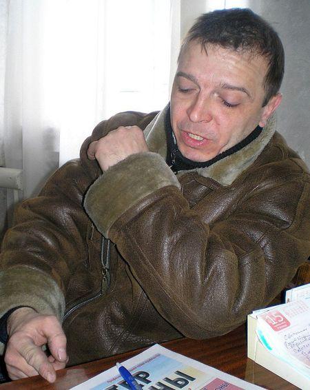 Владислав Багрий - гроз,  он двадцать лет проработал  в шахте. Если что, уйдет на пенсию: подземный стаж заработал.  Но переживает горняк, что новых предприятий в Снежном не открывают, куда молодёжи деваться?