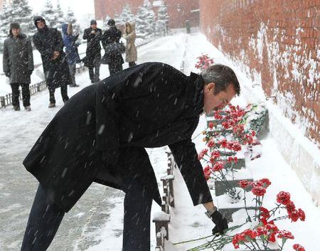 Канадец у стен Кремля кладет цветы Гагарину
