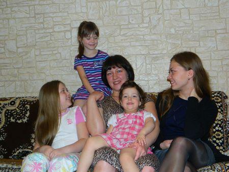 Варвара, Аня, Даша и Лера на маму Лену смотрят с любовью!