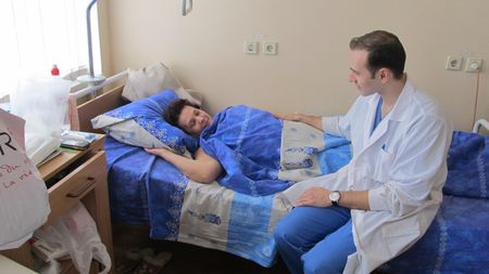Лечащий врач Валентины Надейкиной  Арчил Миминошвили зашёл проведать пациентку.  «Мне лучше с каждым днём. Я счастлива, что попала к таким потрясающим специалистам!» - говорит женщина.