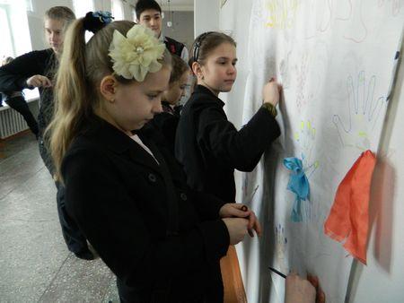 Десятки школьников артёмовского УВК №11 решили поторопить весну. На переменах они провели акцию «Зима, давай до свиданья!», в которой яркими ладошками, нарисованными и разукрашенными на больших листах, помахали на прощанье холодам. А пятиклассница Полина Белоус (рисует) изобразила красивого лебедя, творчески преобразовав силуэт своей руки.