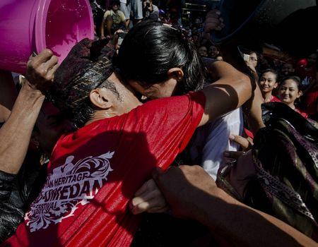 13 марта, сразу после празднования Ньепи, также известного как «День молчания» и ассоциируемого с Новым годом по балийскому календарю, местные жители провели весьма необычный ежегодный ритуал, называемый Омед-Омедан. Влюблённые молодые люди пришли на массовую молитву к храму, после чего целовались и танцевали под потоками воды, которой их поливали многочисленные зрители. Балийцы верят, что таким образом они отгоняют неудачу на весь последующий год.