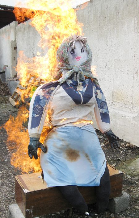 Работники типографии редакции газеты «Донбасс» попрощались с холодами в Донецке и сожгли чучело. Тётушку Зимушку (так ласково окрестили её сотрудники) сделали из старой одежды и набили отходами производства: нарезанной газетной бумагой.