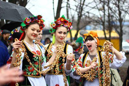 Самую длинную в Украине вязанку бубликов подарили местным жителям студенты Луганской государственной академии культуры и искусств. В создании рекорда приняли участие и горожане, присутствовавшие на проводах Масленицы. Совместными усилиями была создана связка длиной 173 метра, весом более 40 килограммов. После фиксирования достижения все участники с радостью разделили баранки между собой.