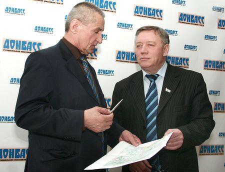 Михаил Зварич показывает Александру Брижу на карте дорогу, которая будет обходить Донецк с южной стороны.