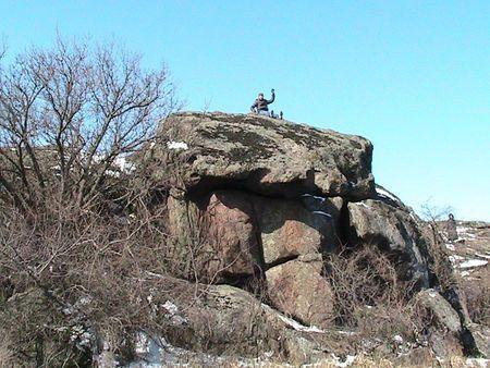Артём оседлал каменный ящик (огромный дольмен)  в балке в окрестностях посёлка Донское и хутора Шевченко.