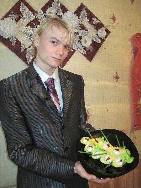 Будущий официант  Семён Озереденко показал, как может выглядеть  простая сырная закуска.