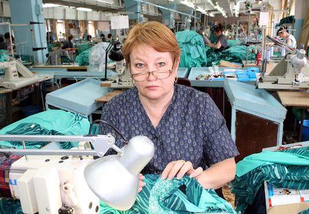 Швея Ирина Распопова, как и её сотрудницы, несмотря  на критическую ситуацию, всё же решила продолжить работу.
