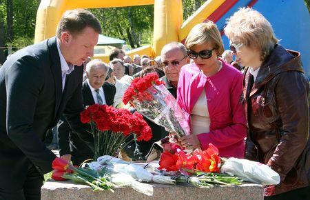 ...а краматорчане который год вынуждены возлагать цветы к основанию несуществующего памятника.