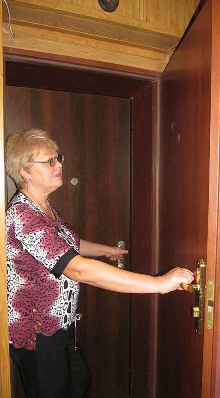Наталья Викторовна, показывая новые двери:  «Я больше не попадусь на удочку мошенников!»