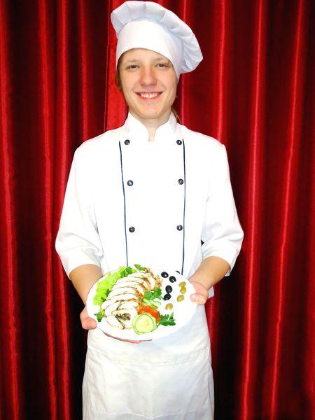 Михаил Мироненко: «Подача блюд может быть  любая. В данном случае я украсил куриный рулет  оливками и листьями салата».