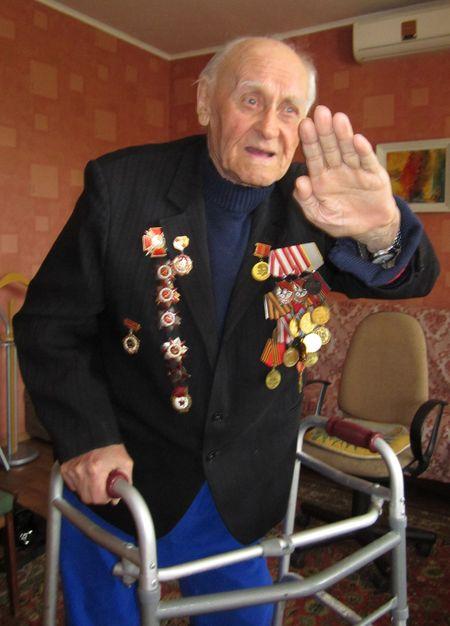 Полковник Александр Гуляев передвигается сейчас с трудом.  Но он помнит, как это -  рассекать небо.