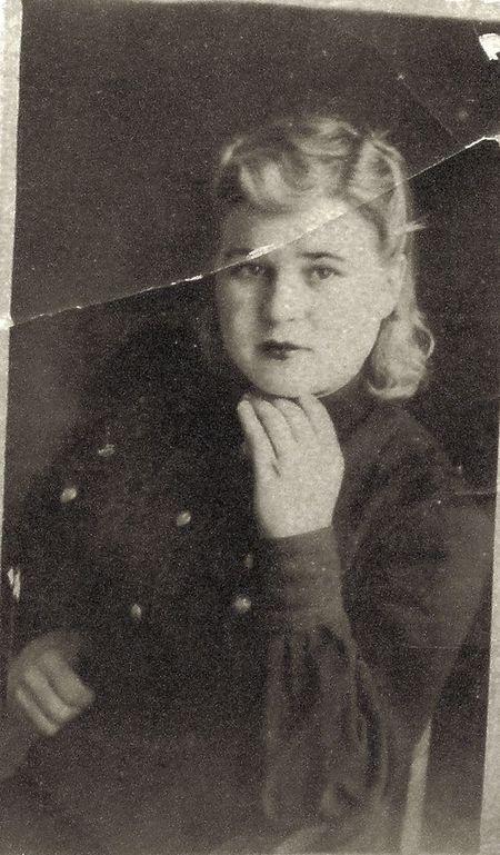 Эту фотографию Шурочка отослала в ноябре 1944-го своему брату Гене, который, к слову,  тоже прошёл всю войну.  Прошло почти 70 лет!