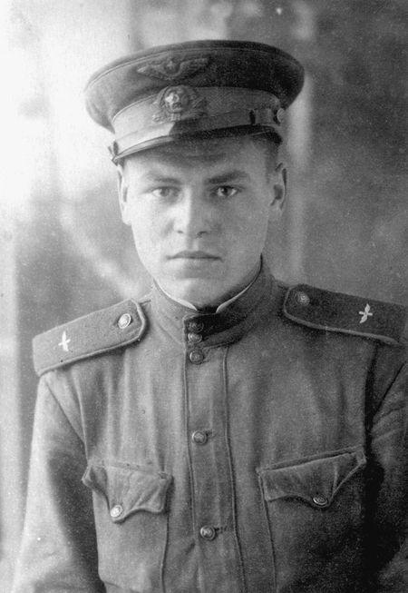 Владимир Тарасов в полевой фуражке с «капустой» -  специальной авиационной кокардой.  Фото военных лет.