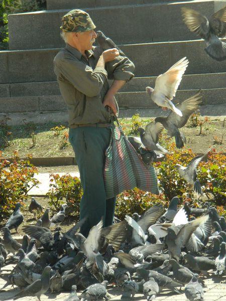 Первомай не привлёк на главную площадь Артёмовска много демонстрантов: с флагами и шарами пришли десять человек. А вот голуби с радостью встретили праздник, слетевшись к памятнику Артёма со всей округи. Особенно настойчивые крылатые «пролетарии» отвоёвывали свой хлеб, забираясь даже в сумку добросердечного горожанина.
