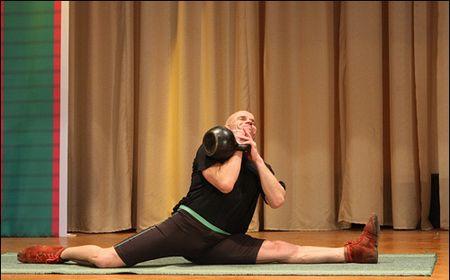 Известный белорусский силач, автор 133 мировых рекордов по поднятию тяжестей Вячеслав Хоронеко установил новое достижение на своей родине. За две минуты он 44 раза поднял 24-килограммовую гирю, сидя на шпагате.