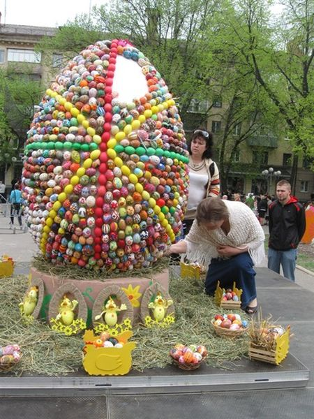 Огромную писанку из тысячи маленьких яиц создали дети на Театральной площади Полтавы. Здесь не нашлось места обычным крашанкам. Школьники и студенты целый месяц создавали пасхальные яйца - из бумаги, бисера, вязали крючком.