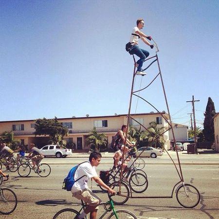 Профессиональный оператор Ричи Трамбл сконструировал велосипед высотой 5 метров и принял участие в заезде. Прикрепив к груди камеру, он проехался по улицам Лос-Анджелеса, снимая свою головокружительную поездку на видео. Каким-то чудом ему удавалось сохранять баланс и даже проехать 20 миль, прежде чем проблемы с цепью вынудили смельчака остановиться у ближайшего столба.