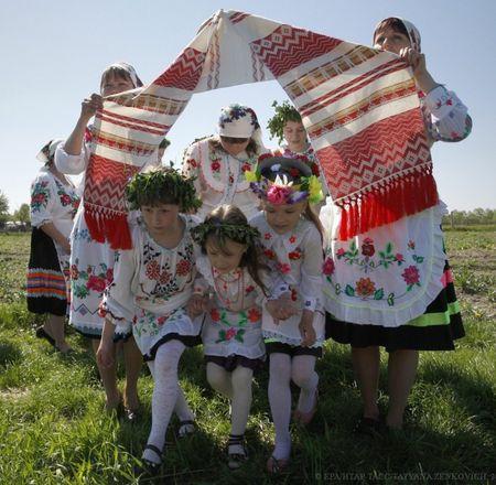 6 мая в Белоруссии традиционно отмечают Юрьев день в честь языческого бога Юрье, покровителя урожая. Праздник связан с давним обычаем первого выгона скота, от которого, по версии славян, зависел весь будущий урожай. Но традиции сохранились лишь в деревне Погост - местные жители одеваются в национальные костюмы, плетут венки и устраивают масштабные гулянья.