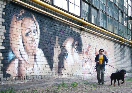 Серую стену большой котельной в Калининском районе Донецка члены творческого объединения «Добрые люди» украсили новым граффити. По словам одного из художников Александра Гребенюка, этот стрит-арт - подарок для девушки, живущей в доме на улице Карпинского. Её окна выходят на котельную.