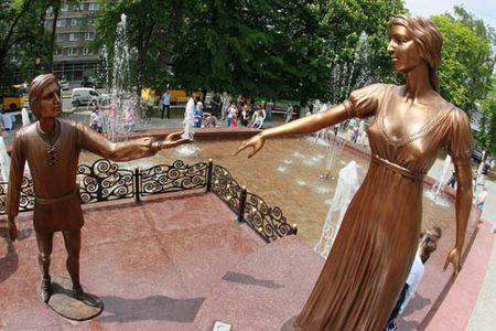 А 9 мая во Львове открылся музыкальный «Фонтан влюблённых» с памятником прототипам героев трагедии «Ромео и Джульетта». Статуи в человеческий рост сделаны из бронзы. Как утверждает известный польский историк Бартоломей Зиморович, описанные Шекспиром события имели место именно во Львове, в двух купеческих семьях - украинской и итальянской.