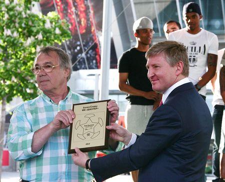 Президент  ФК «Шахтёр» Ринат Ахметов вручил  Михаилу Ошенкову уменьшенную копию именной звезды его отца.