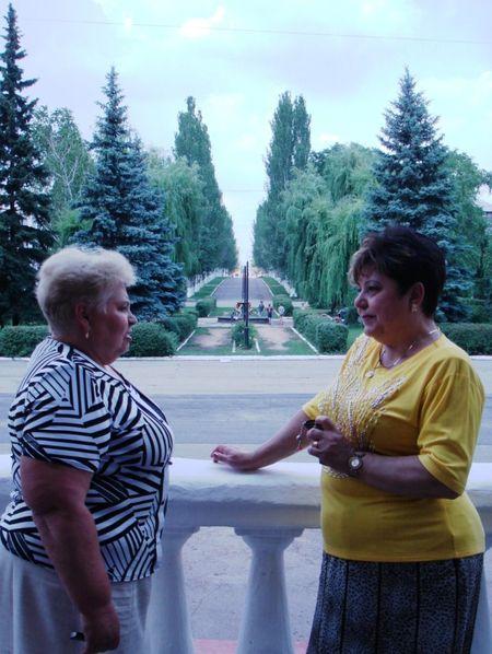 Гольмовский поселковый голова Елена Ходусова и директор Дворца культуры Ирина Петренко гордятся своей малой родиной, которая всех покоряет зеленью.
