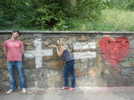 Мариупольчанка Людмила Жежера открыла для парочек настоящую формулу любви. Необычная надпись, на фоне которой может сфотографироваться любой желающий, сделана из разноцветного песка. Найти это романтическое граффити можно возле спуска рядом с Городским садом.