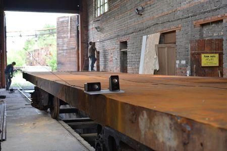 Чтобы подготовить заброшенное депо  к рейв-вечеринке, в него вернули железнодорожную платформу.