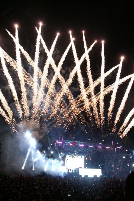 Мощные лазерные лучи  и пиротехника создали иллюзию  гигантской короны, явившейся  в небе над парком.