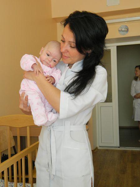Медсестра педиатрического отделения артёмовской детской больницы Татьяна Гусакова держит на руках «потяжелевшего» на 600 граммов Максимку.